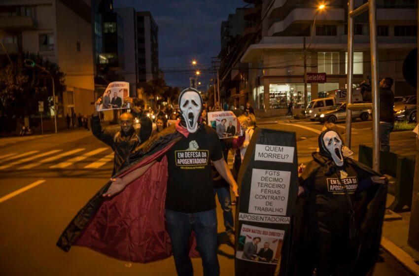 Caminhada de protesto alerta sobre os prejuízos das reformas do governo Golpista