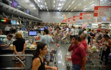 Sindicalistas criticam e supermercados comemoram decreto de Temer