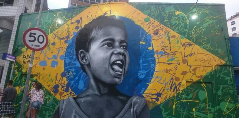 painel-consolacao-bandeira-brasil-menino