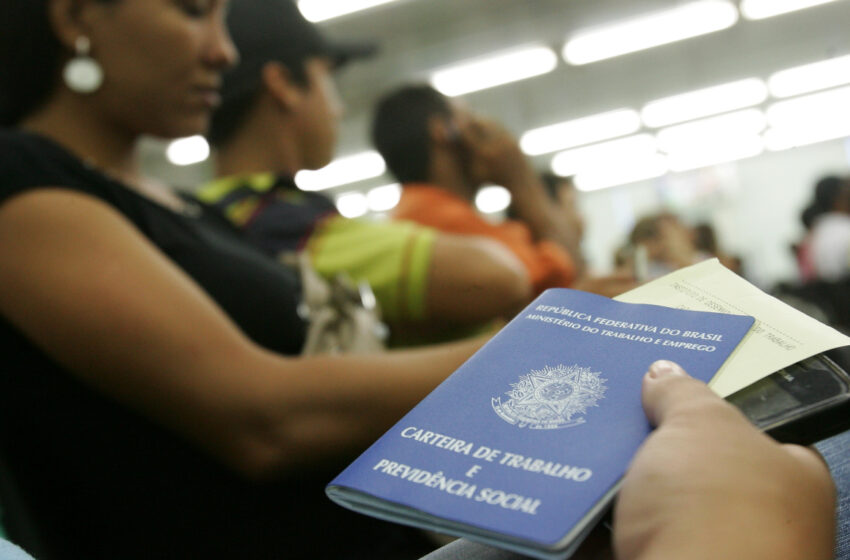 Brasil fecha 20,8 mil postos formais de trabalho em 2017