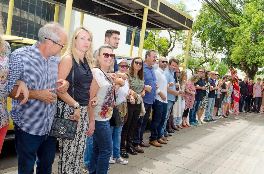 Ato em defesa da Justiça do Trabalho e dos direitos sociais reúne centenas de pessoas Porto Alegre