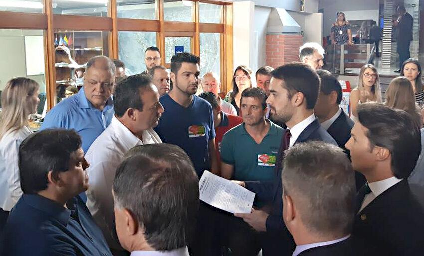 Entidades sindicais entregam pauta do aumento do piso regional ao governador Eduardo Leite durante visita a Caxias do Sul