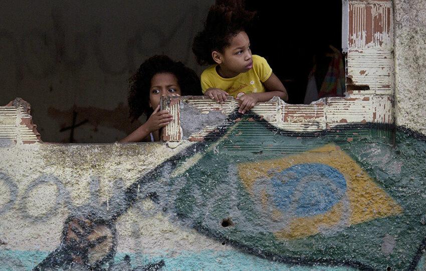 """O estranho """"ajuste"""" que faz o Brasil cada vez mais pobre"""